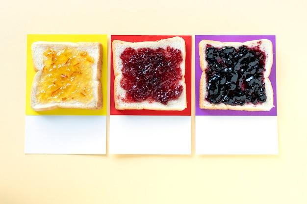 Différentes confitures aromatisées sur des toasts Photo gratuit