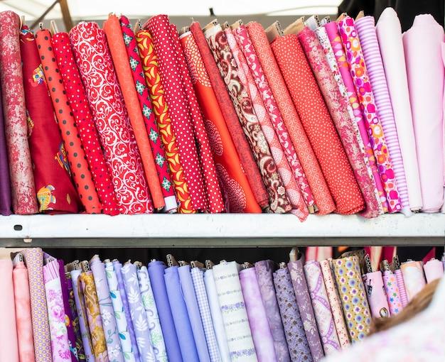 Différentes couleurs de pilules de tissu en tissu plié avec soin pour l'affichage Photo Premium