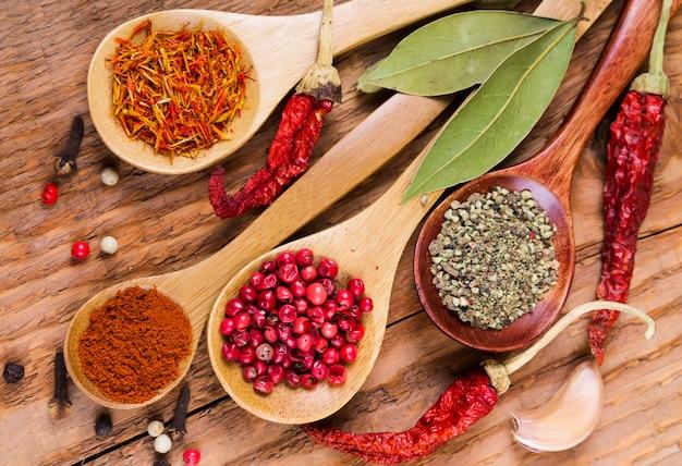 Différentes épices Dans Les Cuillères Photo Premium