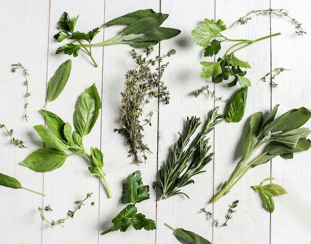 Différentes Herbes Dans Une Table En Bois Blanc, Vue De Dessus Photo gratuit