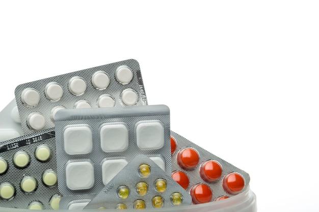 Différentes pilules en blisters sur fond blanc.- fond pharmaceutique Photo Premium