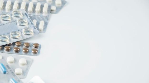 Différentes Pilules De Médecine Sur Fond Blanc. Espace Copie Photo Premium