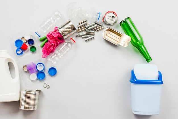 Différentes Poubelles Recyclables Déversées Dans Une Poubelle Photo gratuit