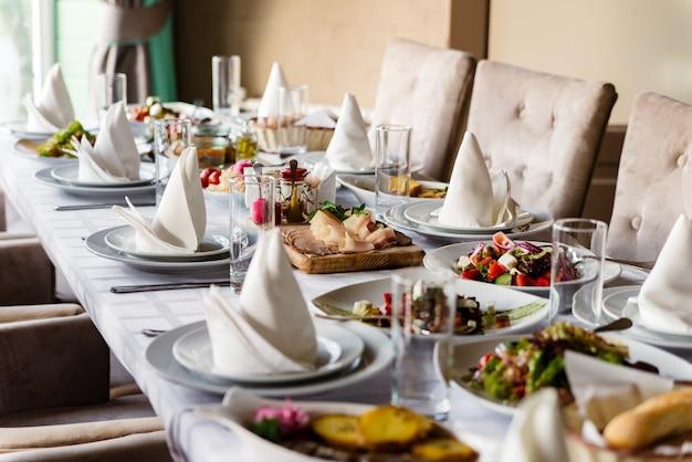 Différentes Salades Servies à La Table De Fête. Photo Premium