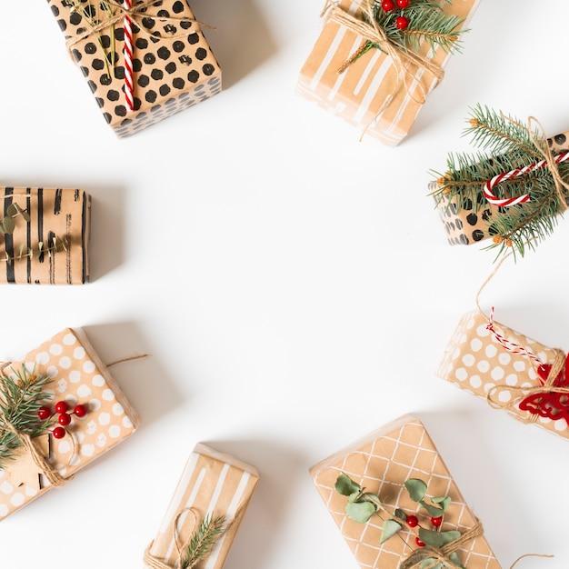 Différents coffrets cadeaux sur table blanche Photo gratuit