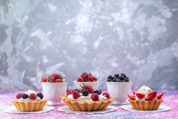 Différents Délicieux Gâteaux à La Crème Et Aux Baies Fraîches Sur Un Bureau Léger, Biscuit Gâteau Aux Fruits Aux Baies Photo gratuit