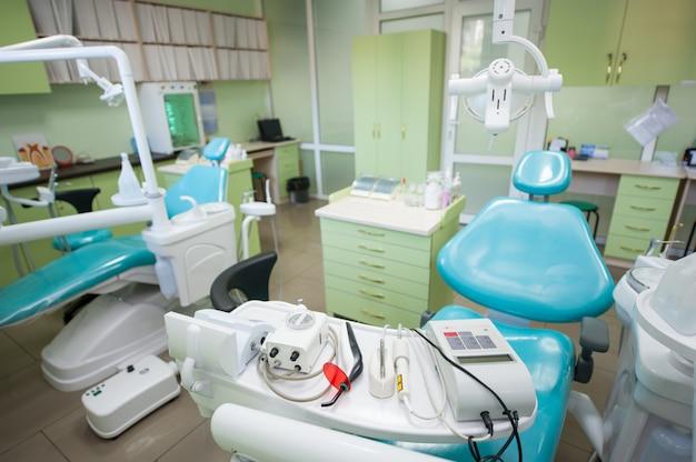 Différents équipements et outils dentaires dans un cabinet de dentistes moderne. Photo Premium