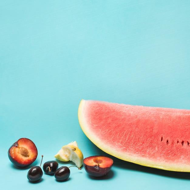 Différents fruits mûrs Photo gratuit