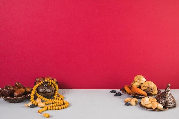 Différents Fruits Secs Avec Des Noix Et Des Perles Photo gratuit