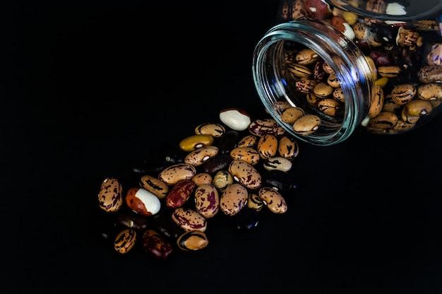 Différents Haricots éparpillés Sur La Table Photo Premium