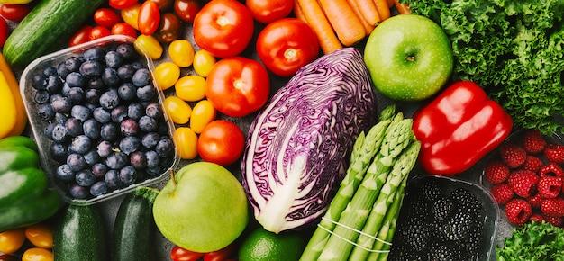 Différents légumes savoureux sur fond rugueux Photo Premium