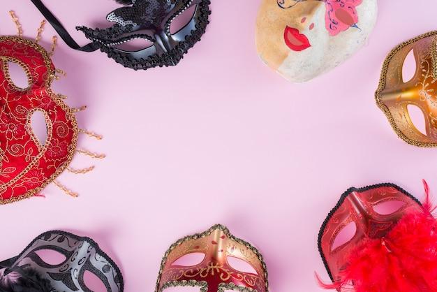 Différents masques de carnaval sur la table Photo gratuit