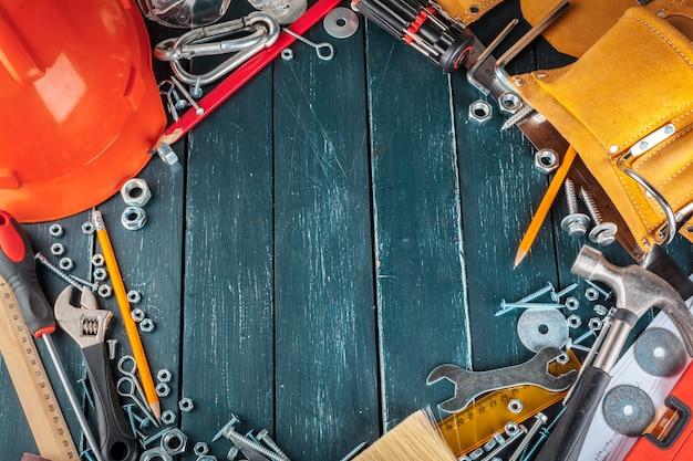 Différents outils de construction sur bleu Photo Premium