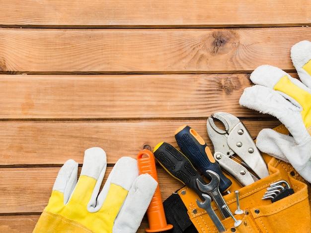 Différents outils de menuiserie sur table en bois Photo gratuit