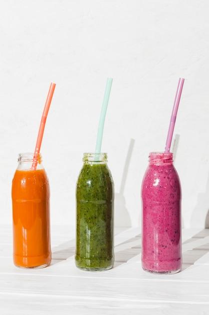 Différents smoothies en bouteilles Photo gratuit