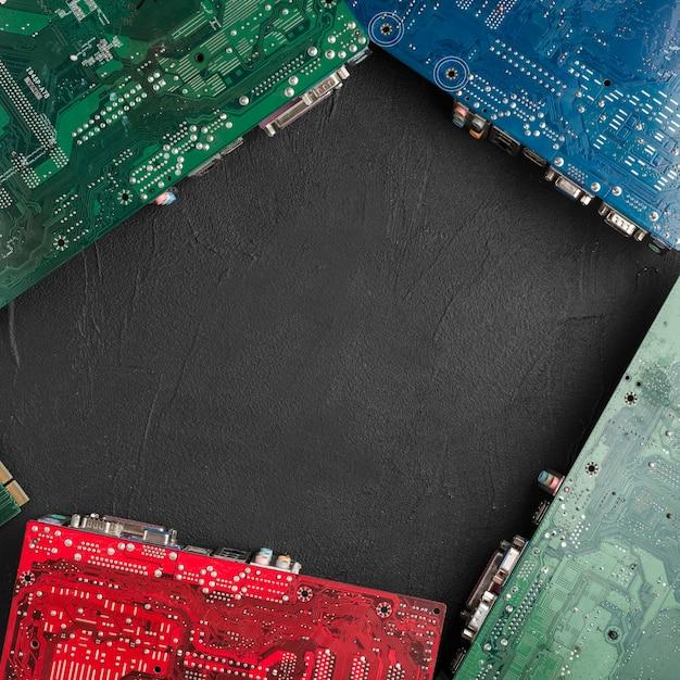 Différents types de cartes de circuits informatiques sur une surface noire Photo gratuit