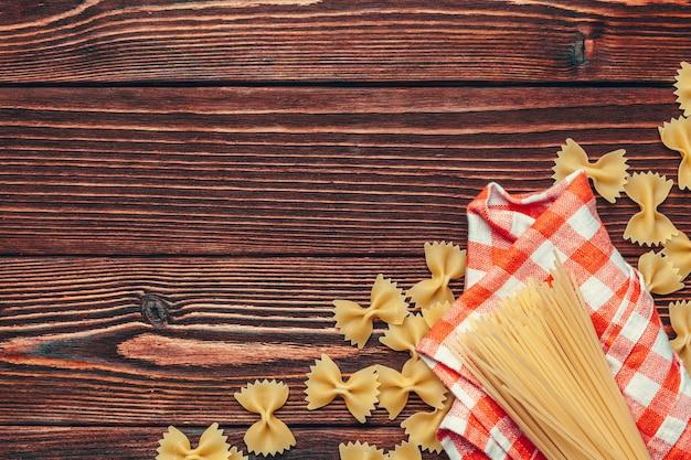Différents types de fond rustique de pâtes italiennes Photo Premium