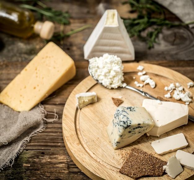 Différents Types De Fromage Sur Fond De Bois, Composition, Charcuterie, Concept Et Fromages Gastronomiques Photo gratuit
