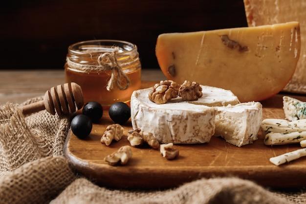 Différents types de fromages. tranches de brie au fromage ou camembert au parmesan Photo Premium