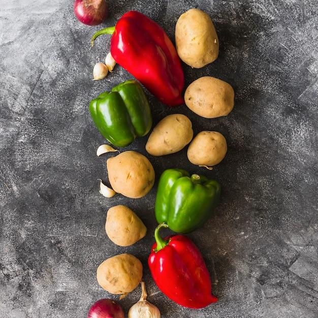 Différents types de légumes sur fond de béton teinté Photo gratuit
