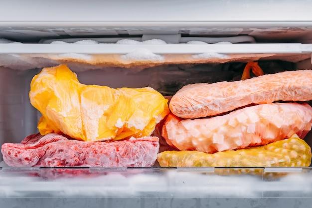 Différents Types De Légumes Surgelés Dans Des Sacs En Plastique Dans Un Réfrigérateur Photo Premium