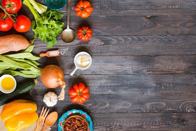 Différents types de légumes, sur une vieille table en bois, espace pour le texte. Photo Premium