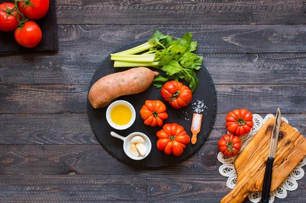 Différents types de légumes, sur une vieille table en bois Photo Premium