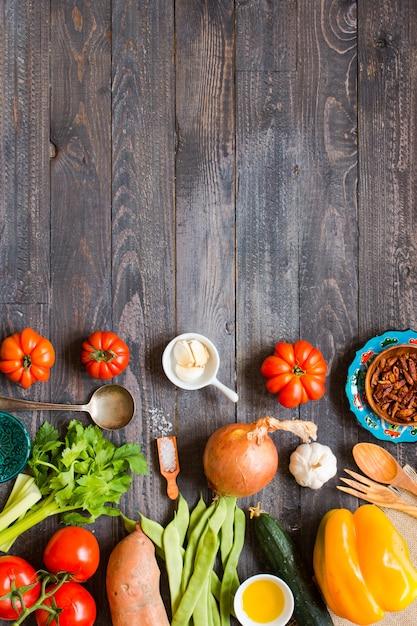 Différents types de légumes sur une vieille table en bois Photo Premium