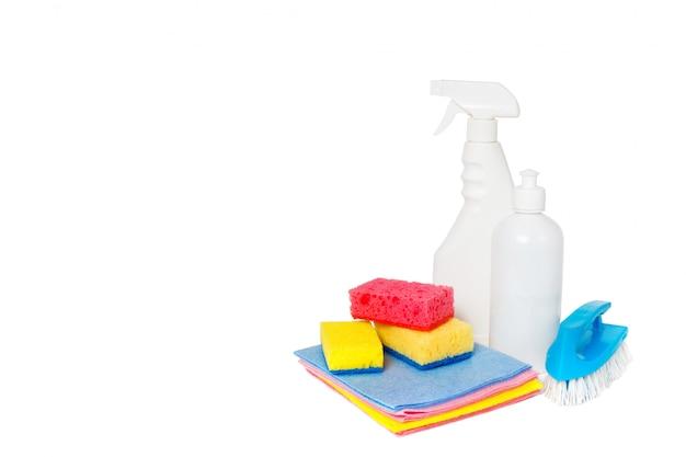 Différents types de nettoyants ménagers et d'éponges colorées, gants isolés sur blanc. nettoyage de fond Photo Premium