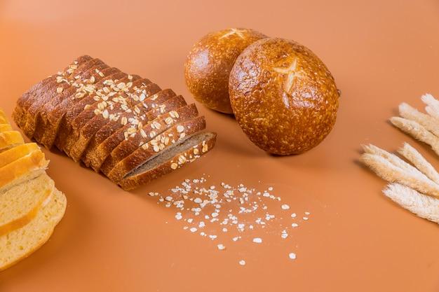 Différents Types De Pain Avec Des Grains Sur La Table. Photo Premium