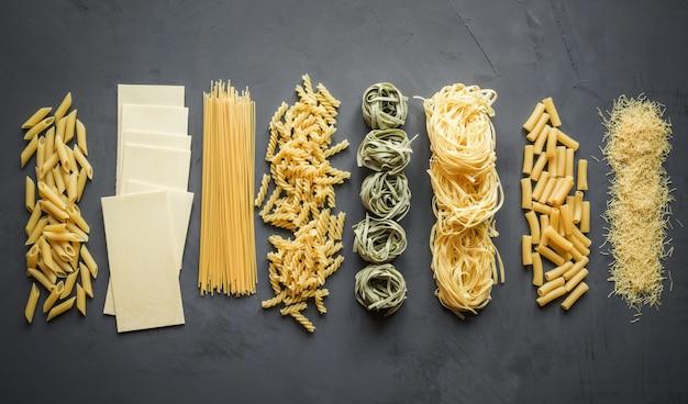 Différents types de pâtes à partir de variétés de blé dur pour la cuisson de plats méditerranéens. Photo Premium