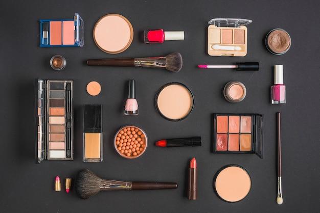 Différents types de produits de maquillage sur fond noir Photo gratuit