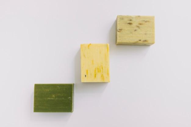 Différents types de savons sur fond blanc Photo gratuit