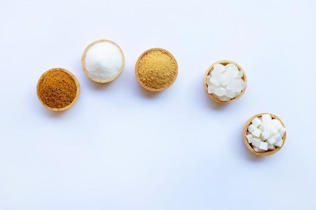 Différents Types De Sucre Sur Blanc. Photo Premium