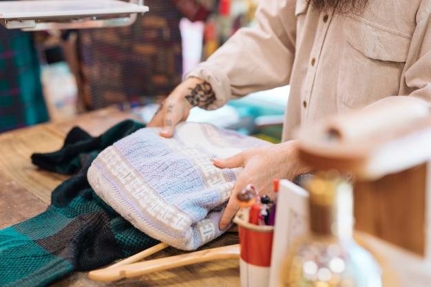 Différents types de vêtements dans le magasin de vêtements Photo gratuit