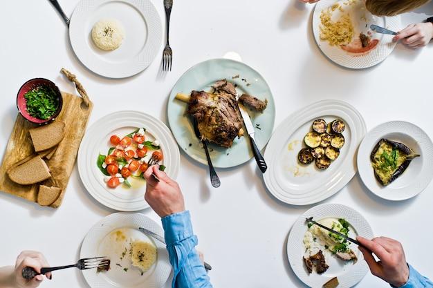 Dîner en famille à la table de fête. Photo Premium