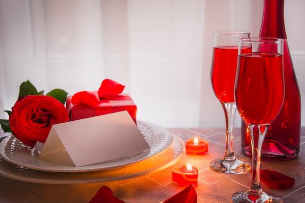 Dîner festif ou romantique avec rose rouge et champagne Photo Premium