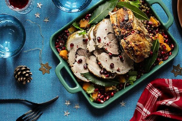 Dîner De Fête Avec Photographie Culinaire De Jambon De Noël Rôti Photo gratuit