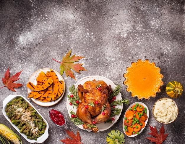 Dîner de fête traditionnel de thanksgiving Photo Premium
