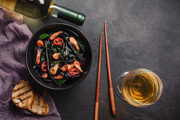 Dîner Japonais Moderne, Cuisine Méditerranéenne, Pâtes à L'encre De Seiche Noire Photo Premium