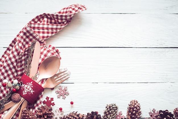 Dîner De Noël Beaux Couverts Avec Décor Sur Un Fond En Bois Blanc Photo Premium