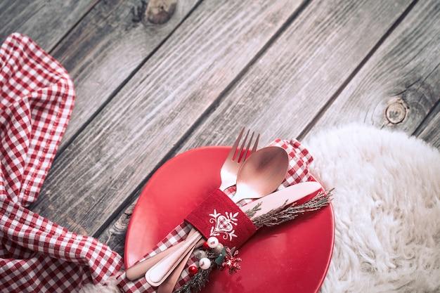 Dîner De Noël Avec De Beaux Couverts Et Décorations Festives Sur Fond En Bois, Concept De Célébration Et Atmosphère Chaleureuse Photo Premium