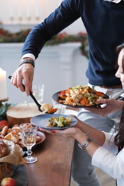 Dîner De Noël En Famille Photo gratuit