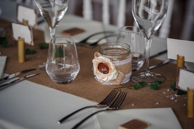 Dîner de restauration en plein air au mariage avec décoration de garnitures faites maison Photo Premium