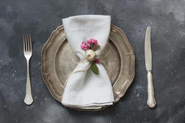 Dîner romantique de pâques. réglage de la table elegance avec des fleurs printanières rose foncé. vue de dessus. Photo Premium