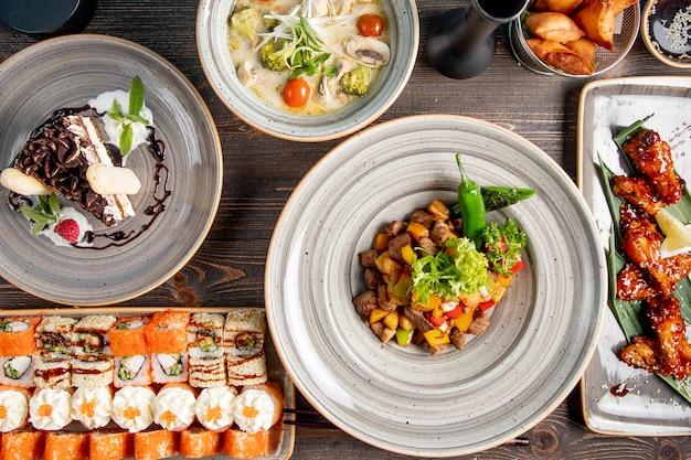 Dîner Avec Soupe De Sushi Viande De Poulet Frite Avec Pommes De Terre Et Gâteau Photo gratuit