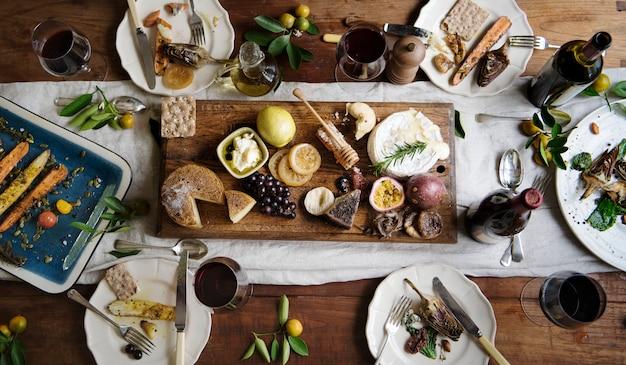 Dîner de style rustique avec plateau de fromages Photo Premium