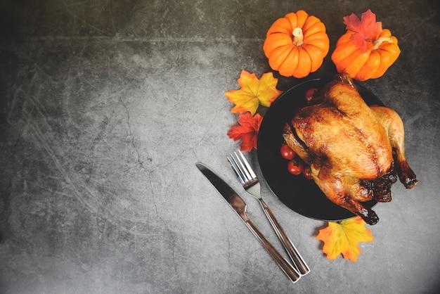 Dîner De Thanksgiving Avec Dinde Et Citrouille En Vacances Table De Thanksgiving Célébration Cadre Traditionnel Nourriture Ou Table De Noël Décorée Photo Premium