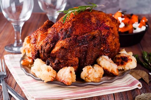 Dîner de thanksgiving avec du poulet. Photo Premium