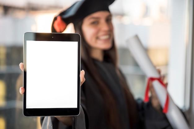 Diplômé close-up avec maquette de la tablette Photo gratuit